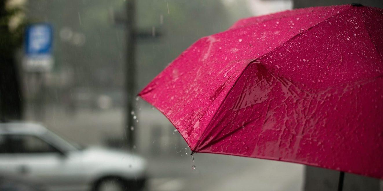 Red umbrella in the rain - Testaments