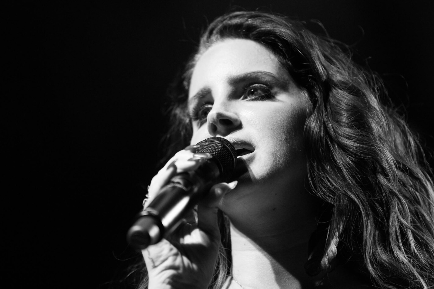 Lana Del Rey performing, 'Video Games'