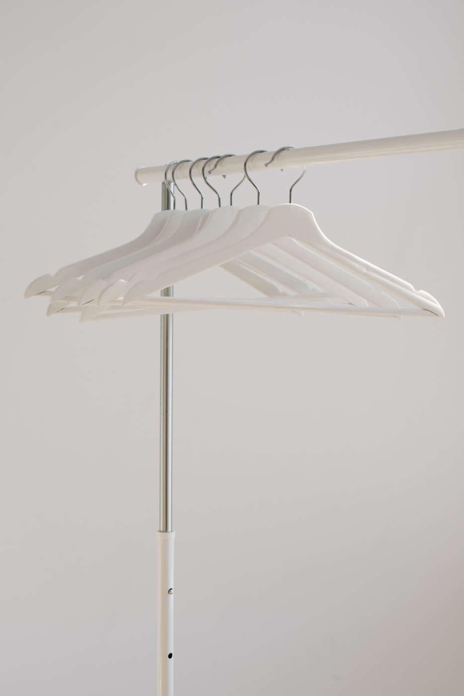 Clothes hangers on a rack / Image: Unsplash